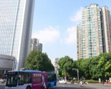 水西门大街靠近公交车站台人流密度大,商业氛围好