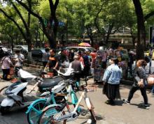 (出租)新街口张府园地铁站出口,人流大,不可明火。适合饮品小吃卤菜